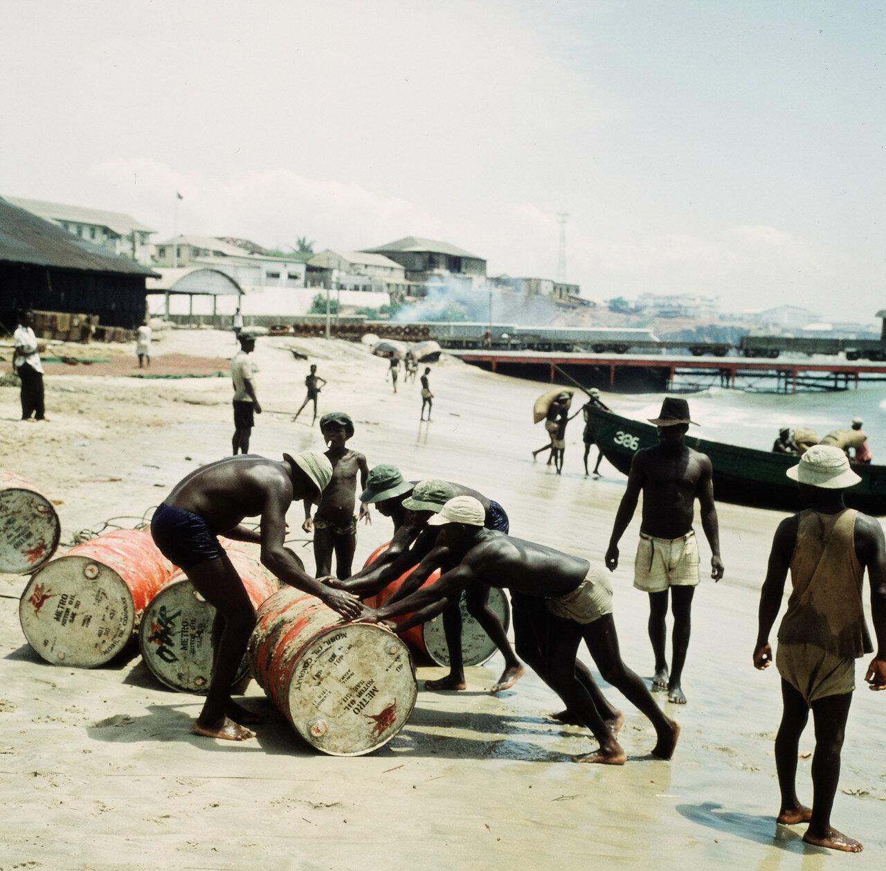 Разгрузка прибойных шлюпок на берегу, 1 апреля