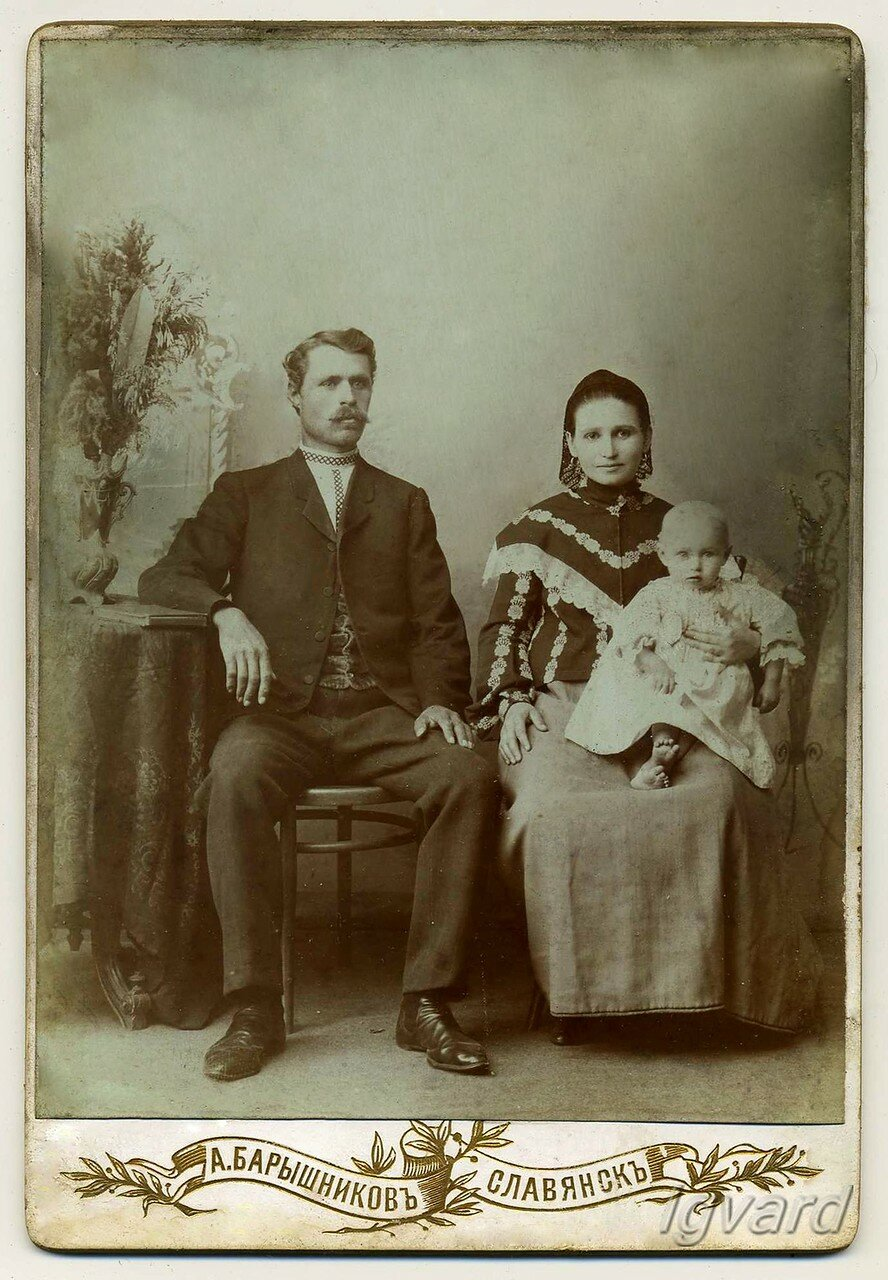 Староста Всех-Святской церкви – Тихонов Антон Федорович (1880-1970) с женой Анной Павловной и дочерью. 1904