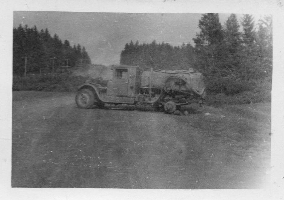 Брошенный бензовоз на базе грузовика ЗИС-5.