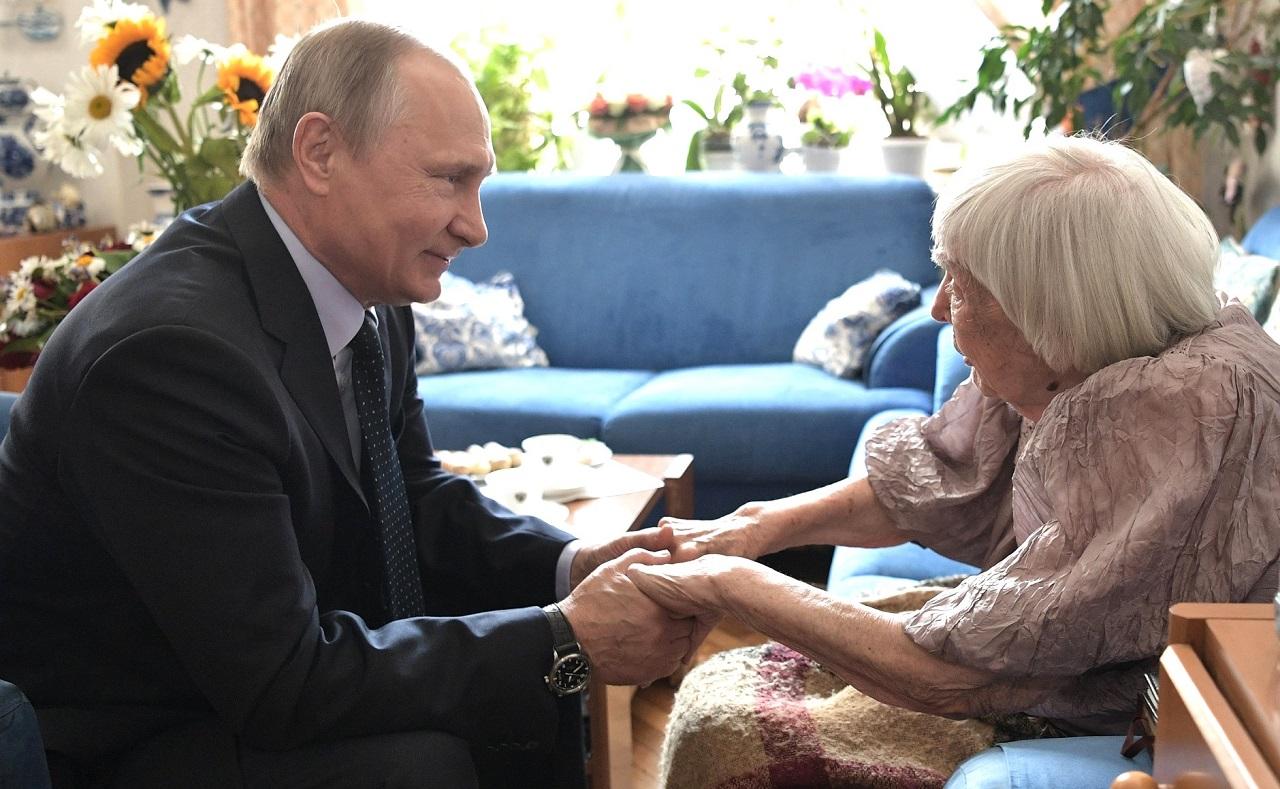 Владимир Путин, гарант Конституции Российской Федерации, прав и свобод человека и гражданина, поздравляет главную правозащитницу страны, Людмилу Алексееву, с 90-летием(7)