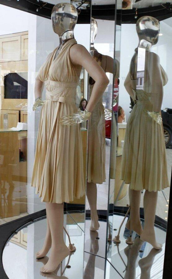 1383311563_marilyn-monroe-dress-10.jpg