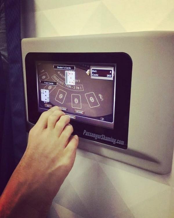 Бывшая стюардесса показывает странные и неловкие поступки авиапассажиров