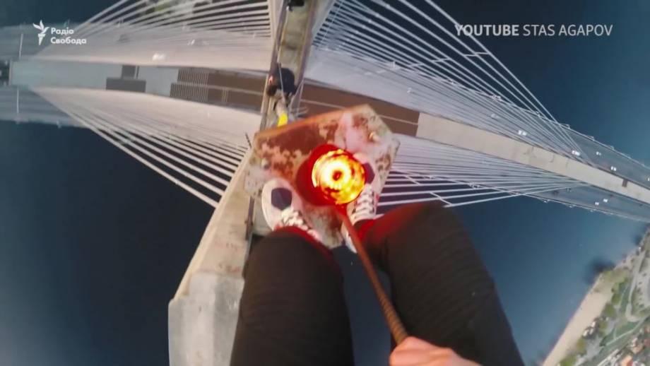 Адреналиновая ломка. Зачем подростки смертельно рискуют, катаясь на крышах поездов (видео)