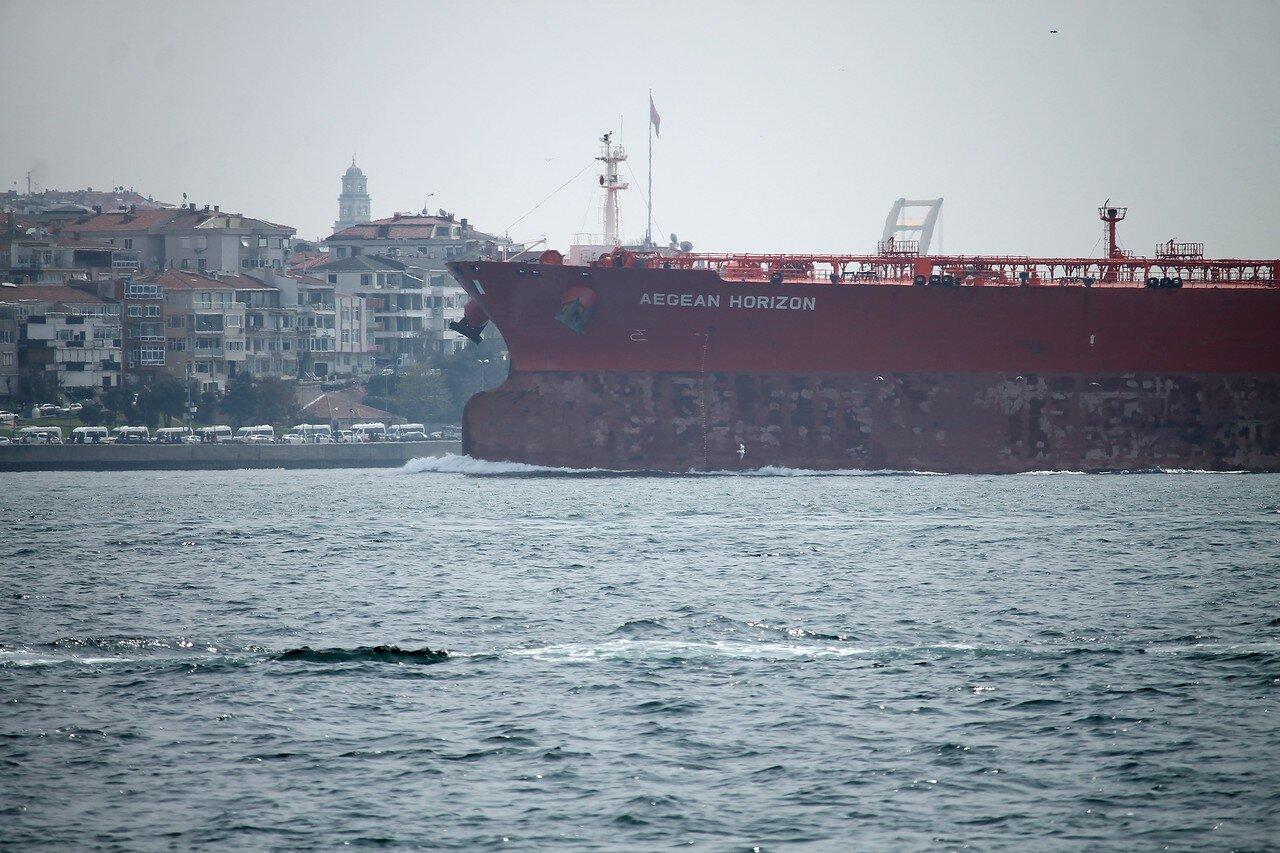 Стамбул. Босфор у дворца Долмабахче. Танкер AEGEAN HORIZON