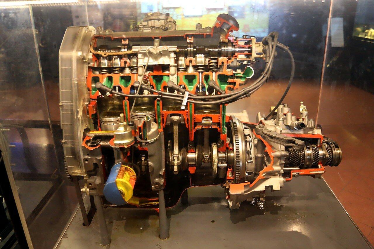 Стамбул. Музей Рахими Коча. Автомобильный четырехцилиндровый двигатель с турбонаддувом