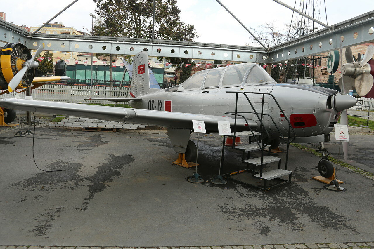 Стамбул. Музей Рахими Коча. Учебно-тренировочный самолёт Beechcraft T-34 Mentor