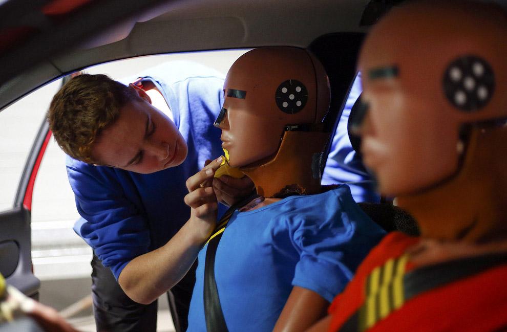После проверяют безопасность машины сбоку: авто атакует тележка массой в 950 кг. Затем испытуем