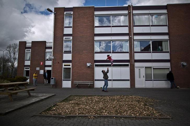 Мигрант играет с девочкой возле бывшей тюрьмы Вестлингена.