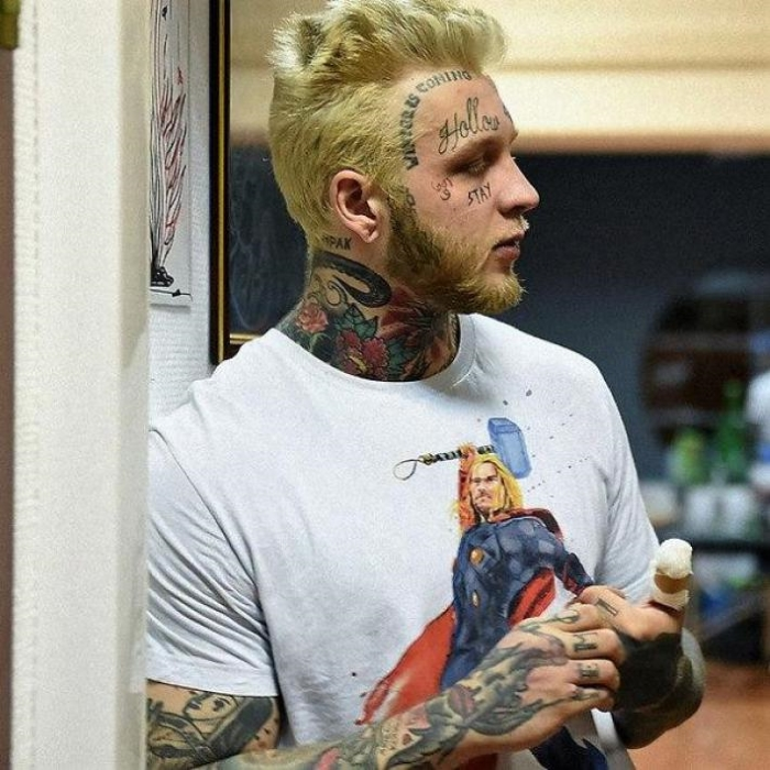 Родителей сначала увлечение сына татуировками не сильно радовало. «Зато я не пью и не курю», — успок
