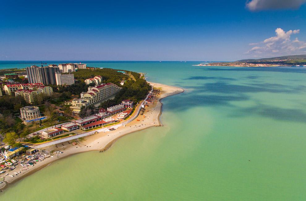 18. Береговая полоса курорта Геленджик включает 114 пляжных зон галечного типа, общая протяжённ