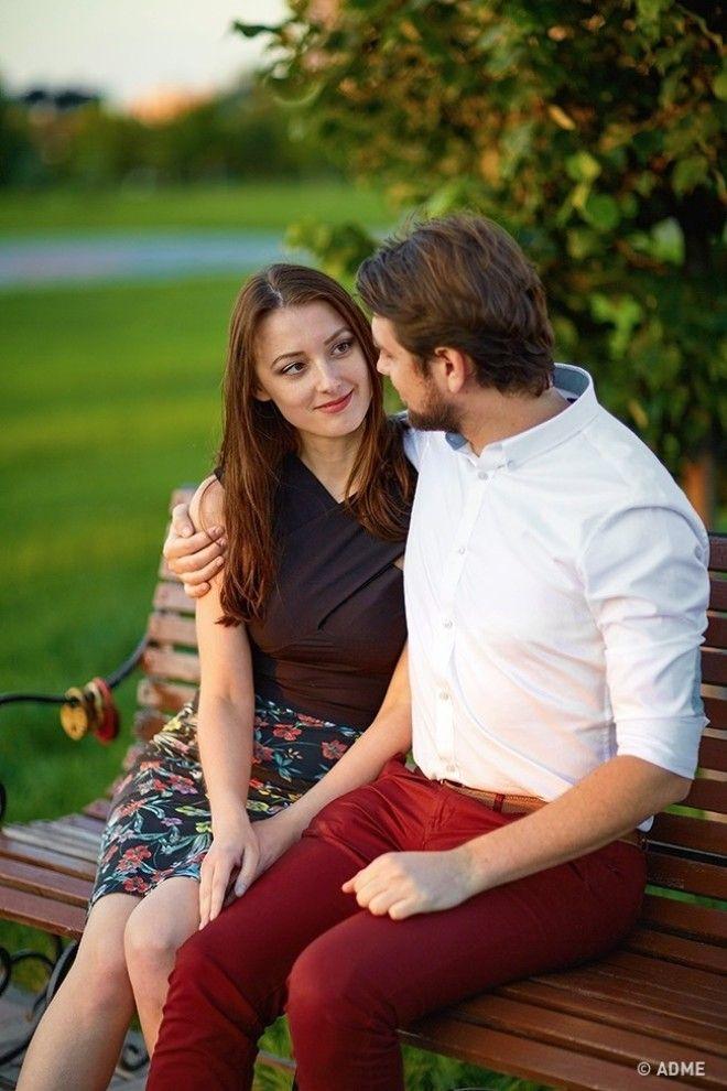 Если ваш молодой человек любит обнимать вас за плечо, то таким образом он как бы берет вас под свое