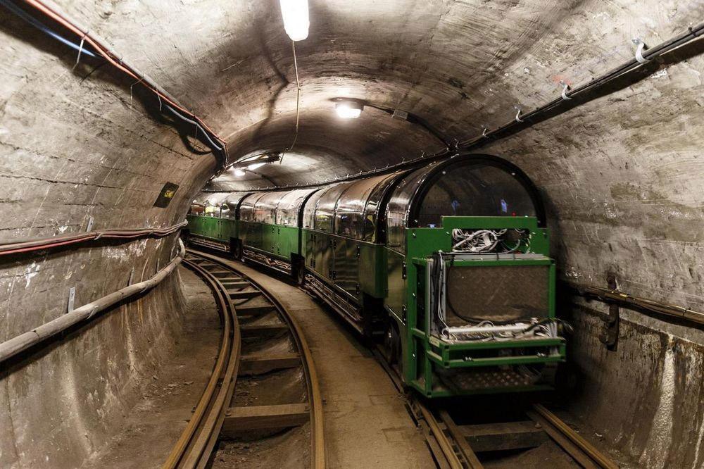9. Подземная железная дорога функционировала с 1927 по 2003 года.