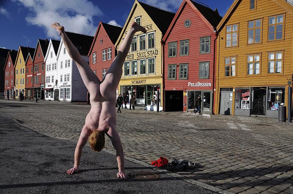 1. Брюгген, Норвегия Анонимный эксгибиционист путешествует уже на протяжении пяти лет и каждый раз,