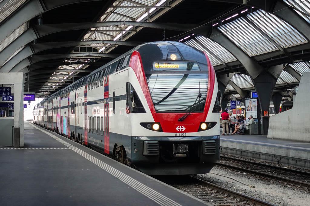Как и у соседей-немцев, в Швейцарии большинство междугородних поездов двухэтажные. Красно-белая гамм