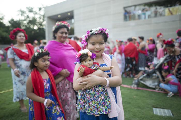 Сам себе Фрида: Более тысячи человек оделись в стиле Фриды Кало в честь 110-летия со дня ее рождения