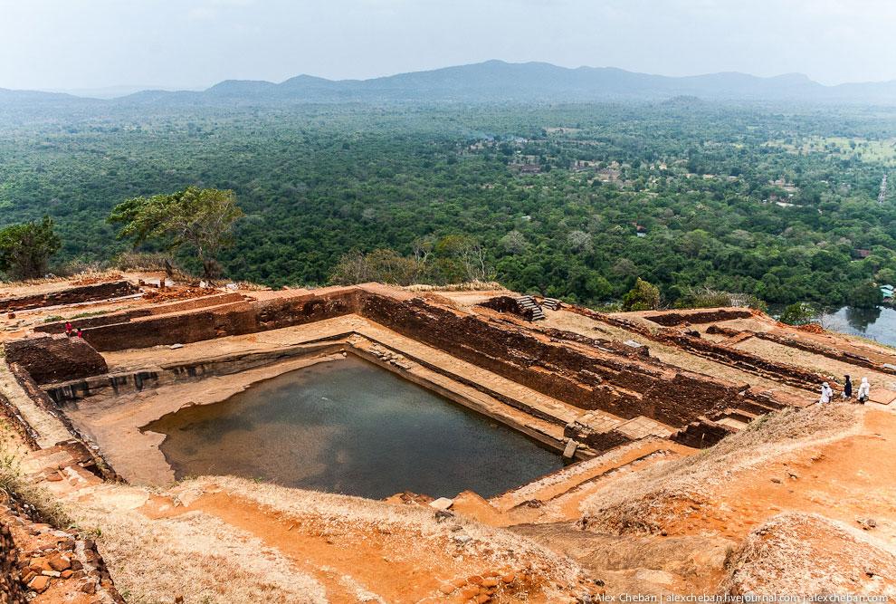 Вокруг скалы были разбиты бескрайние сады, в которых были едва ли не первые в мире фонтаны: