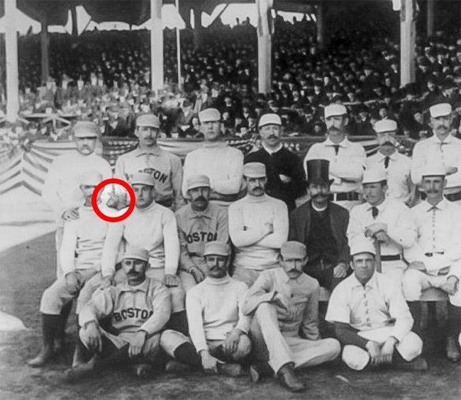 Первая известная фотография с неприличным жестом. Очевидно, фотограф чем-то насолил бейсболисту Чарл