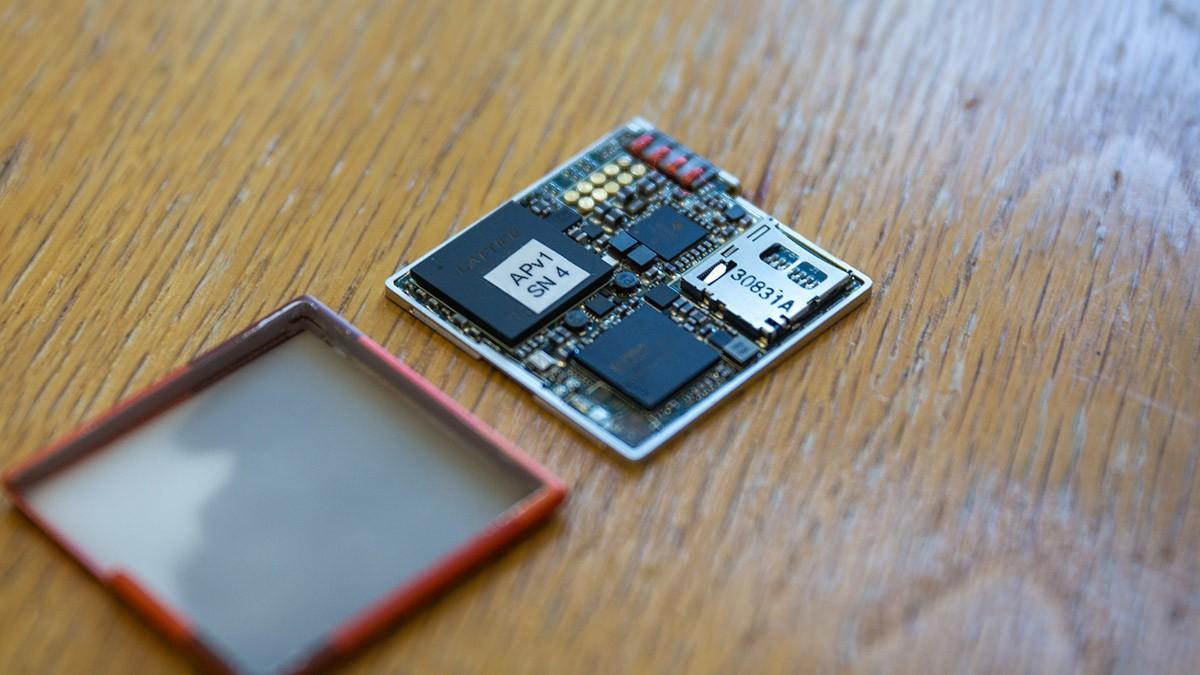8. К каркасу-эндоскелету прикрепляются заменяемые модули, включая процессор, модуль памяти, Wi-Fi, п