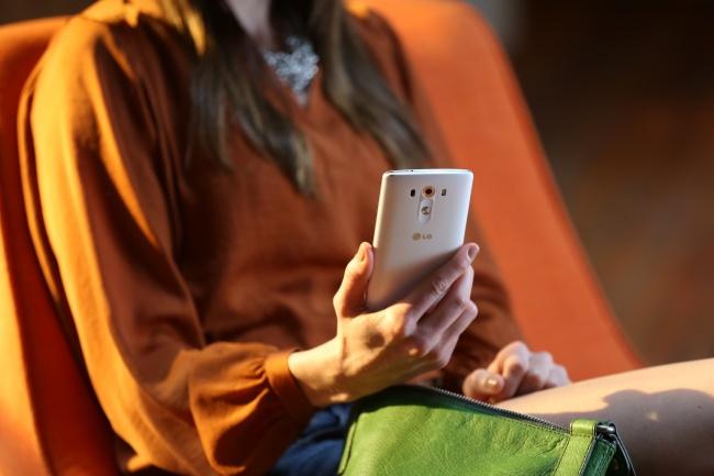 Первое, что бросается вглаза— это дизайн. Как иуG2, усмартфона отсутствуют кнопки побокам. Все