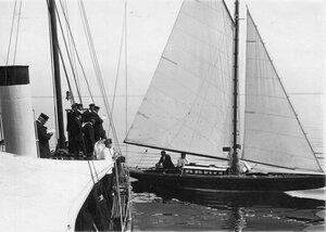 Судейская коллегия на палубе парохода наблюдает за гонками яхт по Финскому заливу