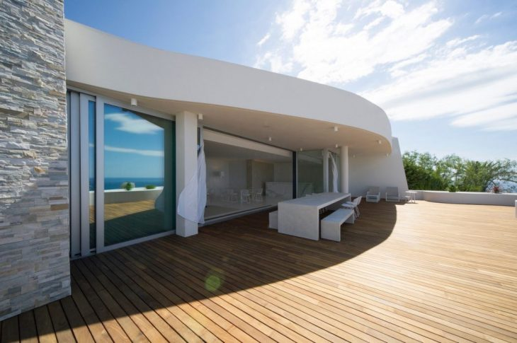 Rooftop apartment on top of a hill, looking at the Mediterranean, respecting the traditional archite