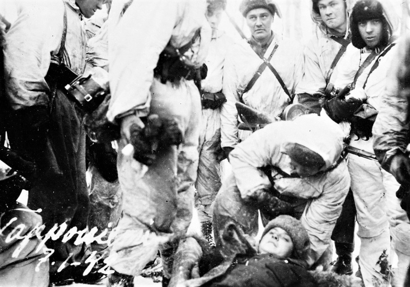 Фин. солдаты рядом с раненой сов. женщиной-военносл. в поселке Повенец. 07.01.42.jpg