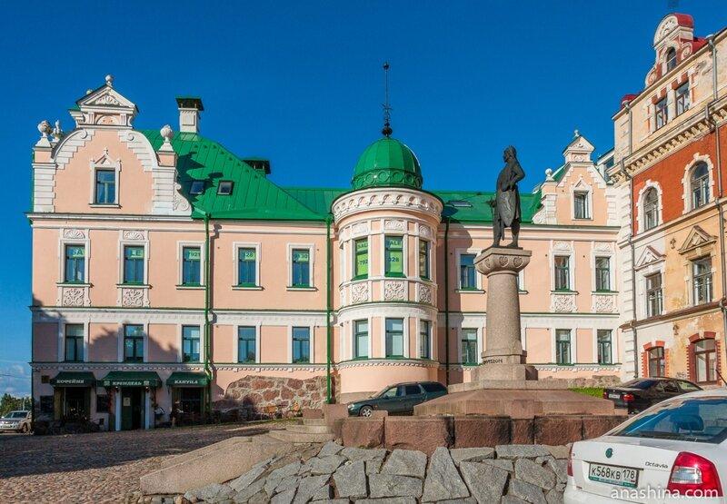 Дом купца Векрута и памятник Торгильсу Кнутссону перед зданием старой Ратуши, Выборг
