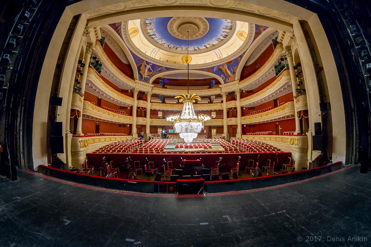 опускают люстру в театре оперы и балета фото 16