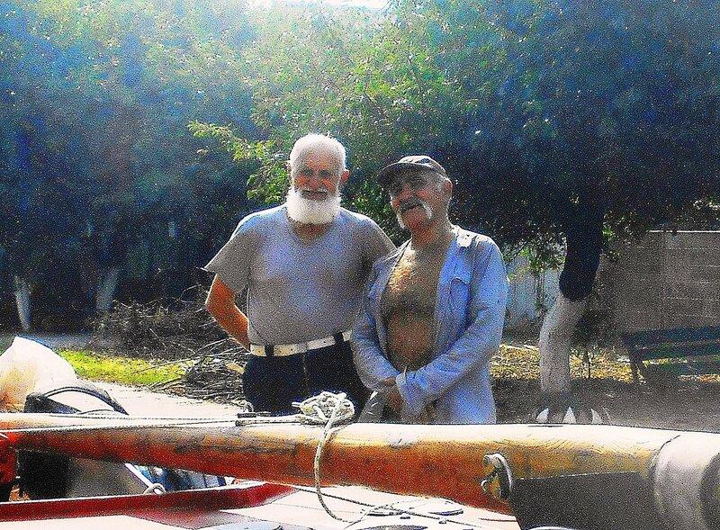 С ветераном Виктором Акимовичем Мартыненко... у яхты, на улице 4-го Ахтарского полка ... DSCN4753 - 01 .JPG