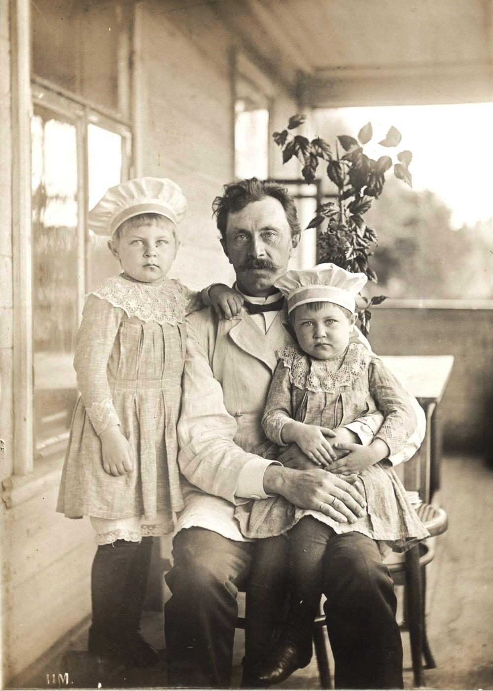 Портрет Петра Петровича Мяздрикова, брата И.П. Мяздрикова, с племянницами. 1896