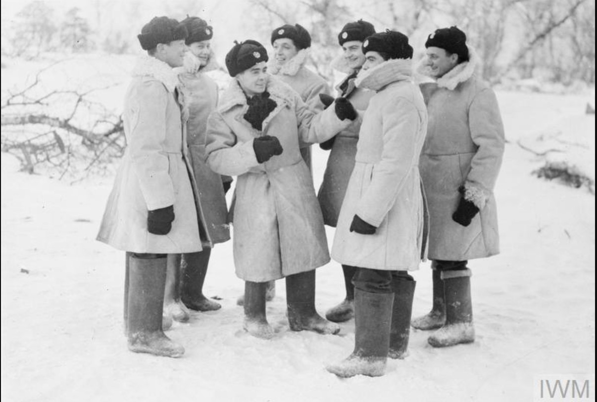 Лётчики и наземный персонал 151-го крыла в советской зимней униформе. На первом снимке третий слева - сержант C. Хау, один из четырех английских летчиков, позже награжденных орденами Ленина. На его счету три сбитых самолета за этот период