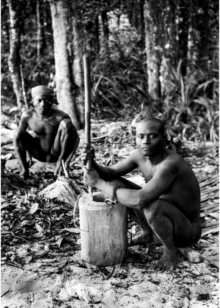 1238. Народность онге. Двое мужчин выдалбливают деревянный горшок