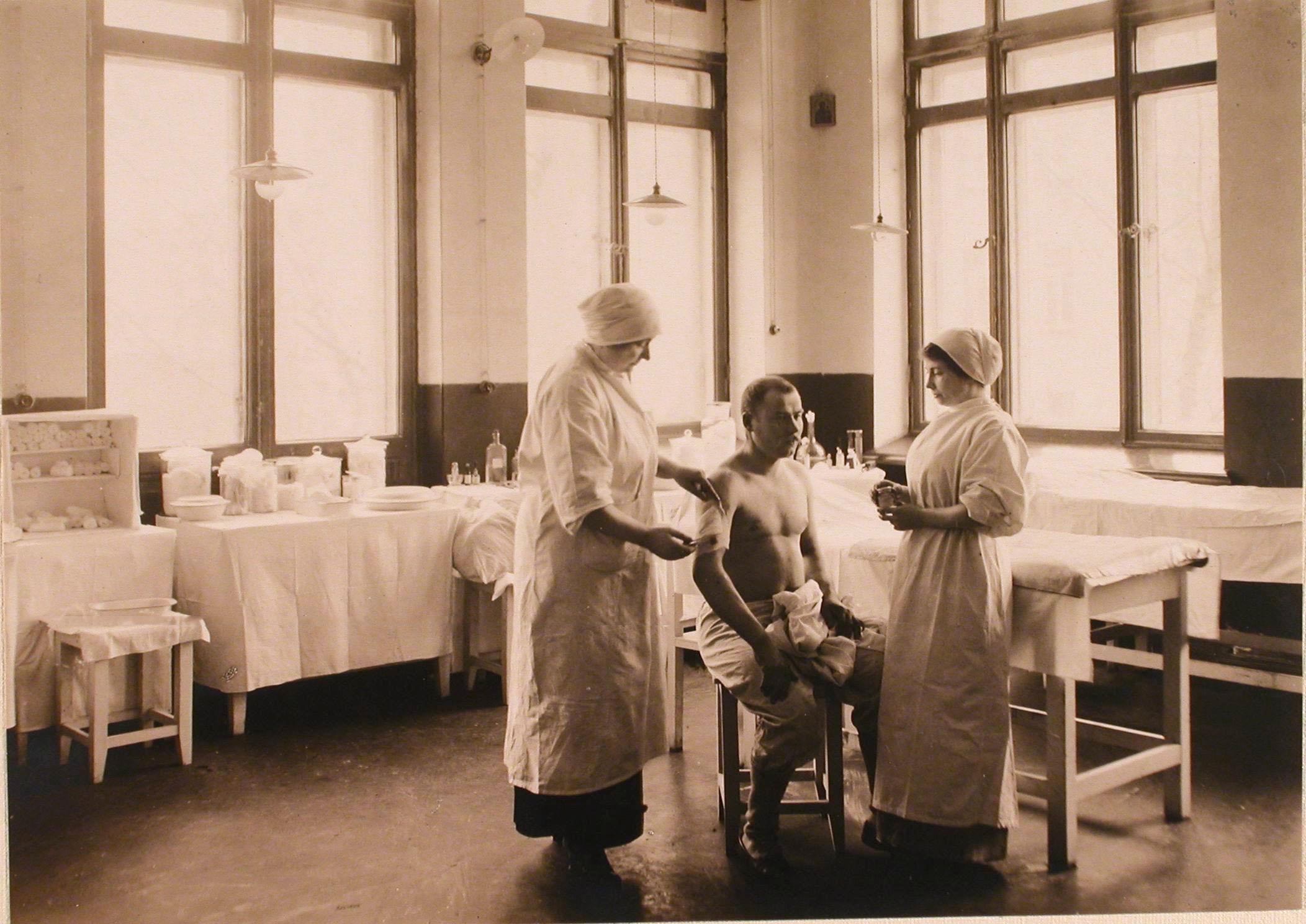23. Медицинские сестры перевязывают раненого в перевязочной госпиталя №6