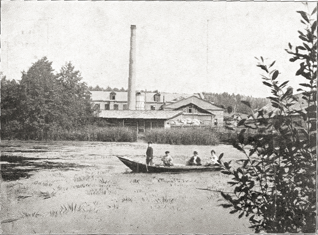Жители посада Мелекесс катаются на лодке по Главному пруду