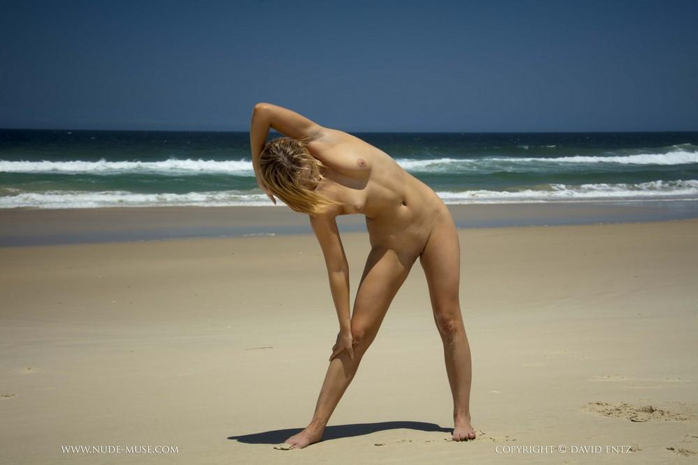 Обнаженная Kylie-Phoenix на пляже