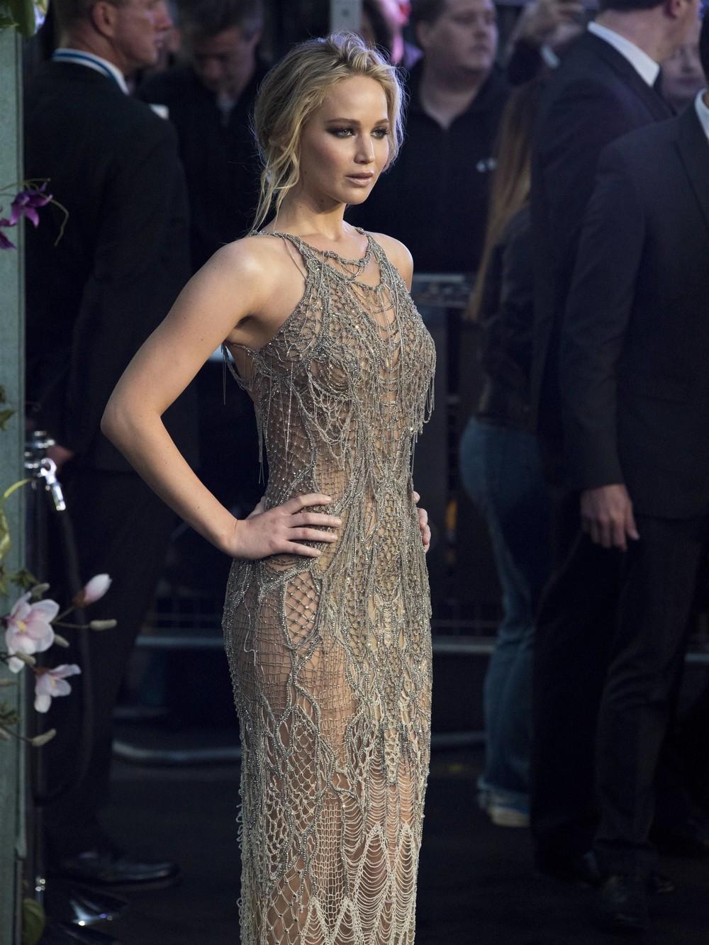 Дженнифер Лоуренс в просвечивающем платье