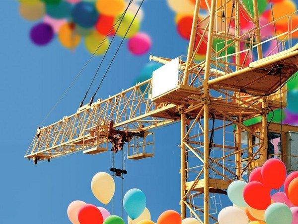 Открытка. С днем строителя! Кран и воздушные шары