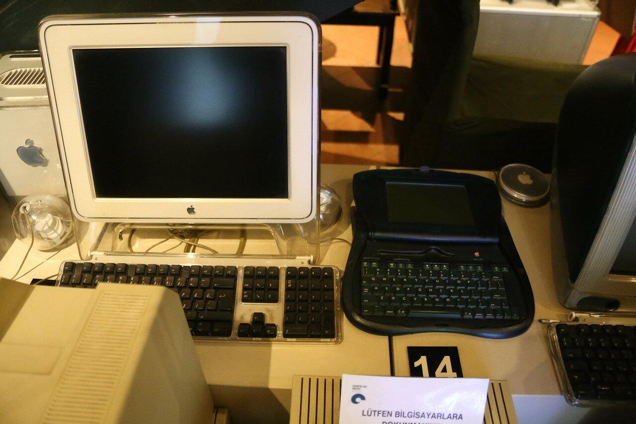 Стамбул. Музей Рахими Коча. Apple Newton eMate 300