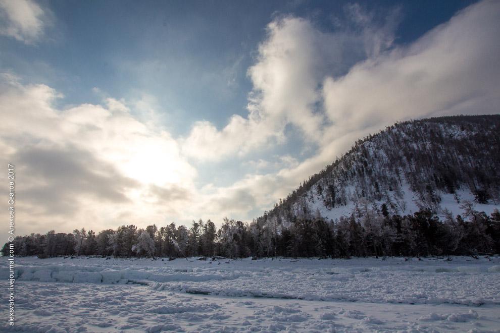 4. Мы остановились возле почти свежей трещины. Льды на Байкале находятся постоянно в движении.