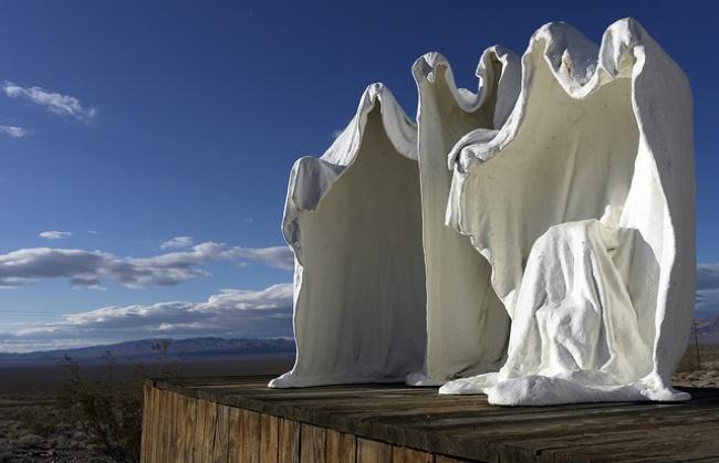 © Gord McKenna  Скульптура Альберта Шукальского вгороде-призраке Риолите— это авторское пере