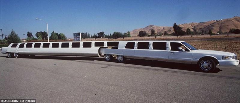 Этот 21-метровый лимузин впервые появился в Калифорнии в 1996 году. Авто, имеющее в середине специал