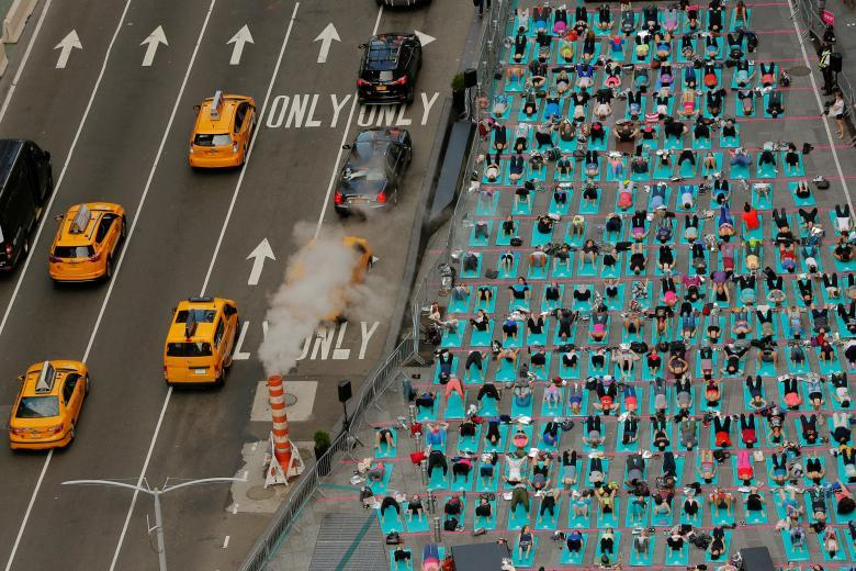 Массовый сеанс йоги на Таймс-сквер в Нью-Йорке (12 фото)