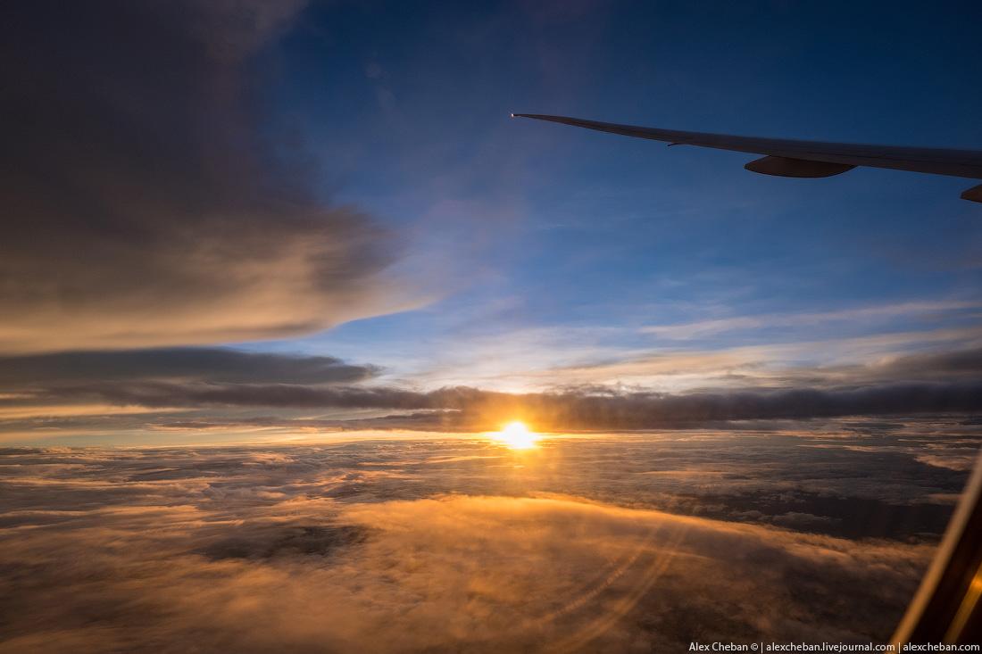 Во время этого рейса вы встречаете рассвет дважды. При вылете из Дохи день проходит очень быстро, бу