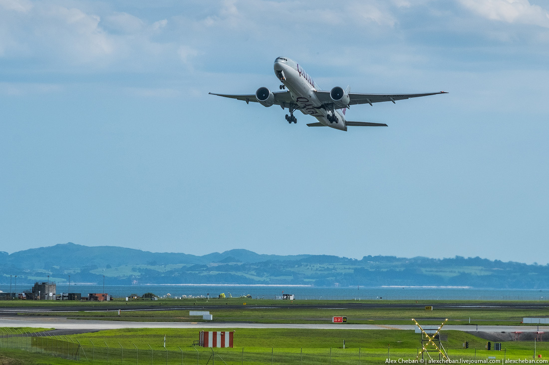 «Боинг-777-200LR» Qatar Airways взлетает из аэропорта Окленд назад в Доху.