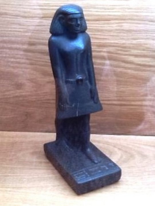 Эта древнеегипетская статуэтка Неб-Сану находится за стеклом в музее Манчестера в Англии и очень пох