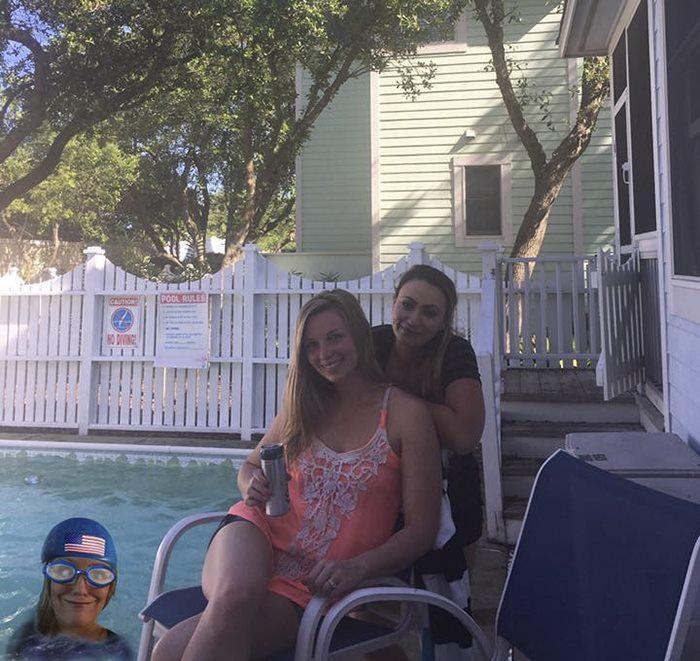 Девушка не смогла поехать с друзьями на пляж, поэтому вставила себя на их фото