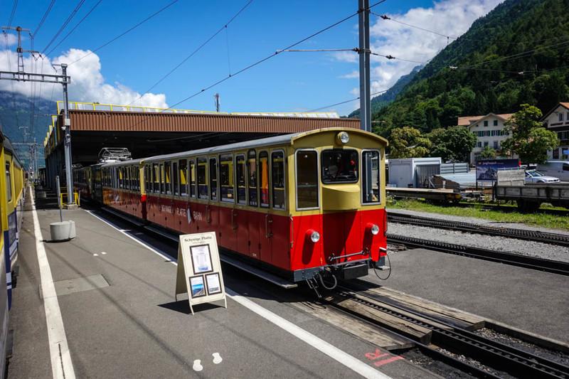 Вообще, на таких частных узко-колейных линиях, ведущих в горы, можно увидеть очень симпатичные вагон