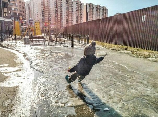 Катание на невидимых водных лыжах.