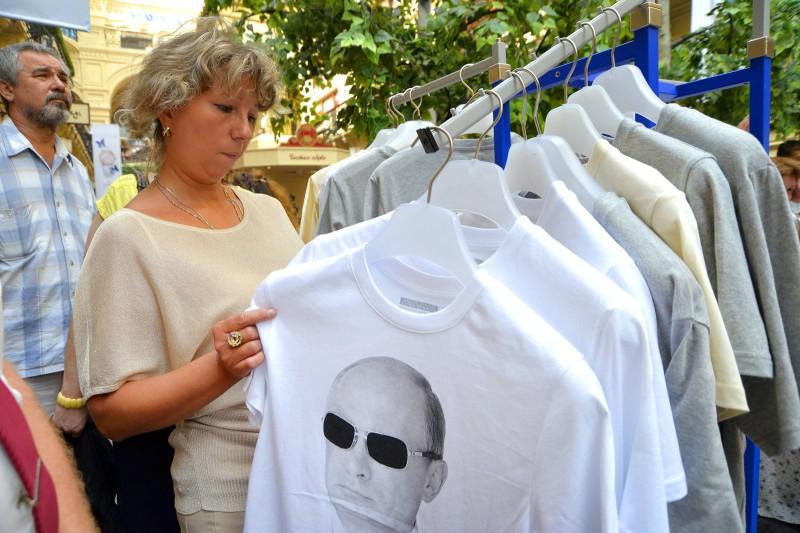 Футболки с Владимиром Путиным в солнцезащитных очках.