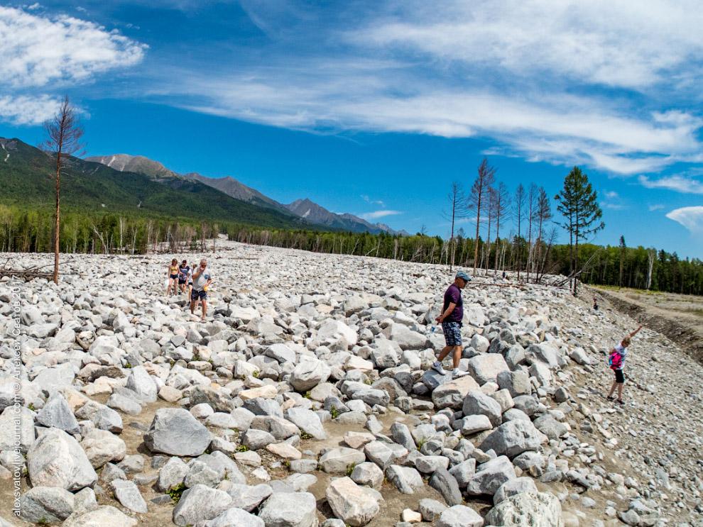 6. Туристы подписывают камни, строят обо, благо материала много.